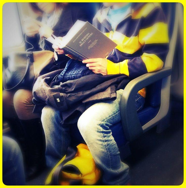 Lettore in giallo ma senza sovraccoperta