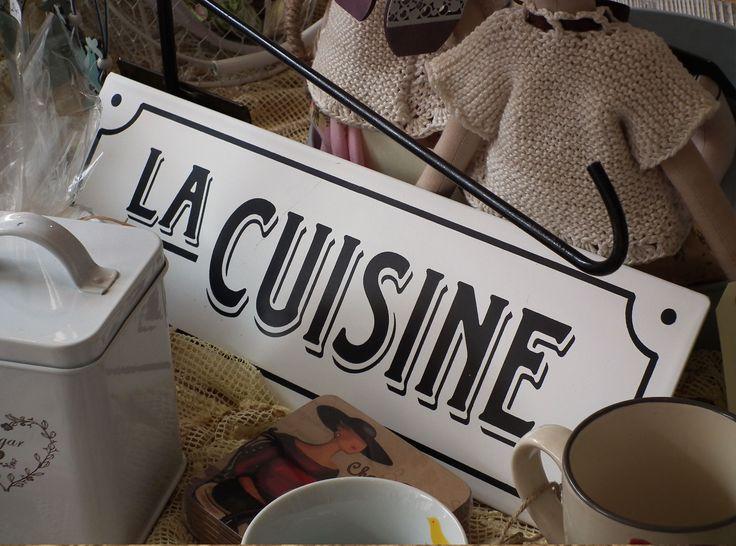 Plechová dekorativní cedule s nápisem - LA CUISINE. http://www.Niels-Decor.cz