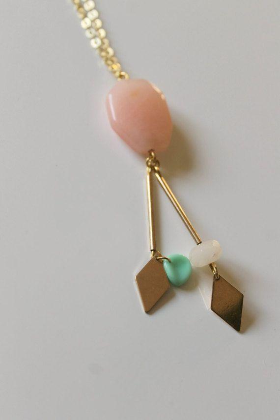 collier perle pastel de tendance long boho chic par PatapaloDesigns