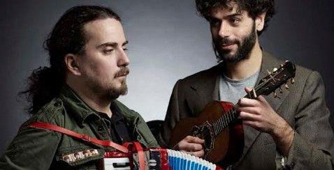 """Ο Στάθης Δρογώσης και ο Ηλίας Βαμβακούσης, ενώνουν τους μουσικούς τους κόσμους και… """"βγαίνουν μπροστά"""". #art #music #pop #rock #alternative #youth #event"""
