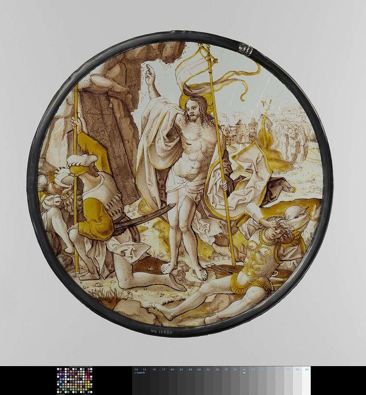 Anonymous | De Opstanding van Christus, Anonymous, c. 1515 - c. 1520 | Ruit, rond, van gebrandschilderd glas in de kleuren bruin, geel en rood, met voorstelling van de opstanding van Christus. In het midden (rechts van het rotsgraf) Christus met opgeheven rechterhand en in de linkerhand het kruisbanier. Op de voorgrond één slapende en twee ontwakende krijgsknechten. Op de achtergrond de drie heilige vrouwen op de weg van Jerusalem.