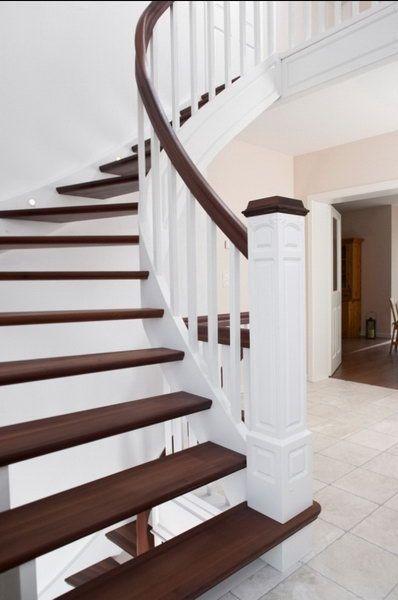 Классическая открытая лестница с декоративной фрезеровкой на столбах, балясинах и тетиве
