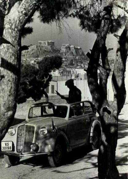 1950 ~ Τουρίστας από Ιταλία ? κάπου στο Θησείο. Πάντως από τη πινακίδα κυκλοφορίας VS αυτή ανήκει στη περιοχή Medio Campidano στη Σαρδηνία και το αυτοκίνητο είναι FIAT TOPOLINO 1940.