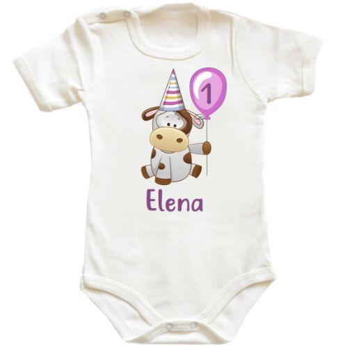 O simpatica vacuta cu un balon este designul perfect pentru un body bebe ce va fi purtat de un bebelus sau bebelusa care isi sarbatoreste primul sau al doilea anisor, sau, de ce nu, prima jumatate de anisor.