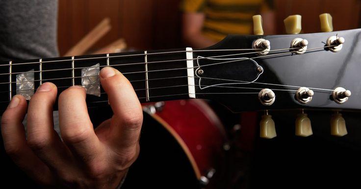 """Como substituir a pestana de sua guitarra. Se você notar que as cordas de sua guitarra estão """"zumbindo"""" quando elas são tocadas em aberto (sem os dedos sobre o braço da guitarra), você pode querer substituir a pestana na cabeça da guitarra. Uma pestana pode precisar ser substituída devido ao desgaste, ou se um trabalho de reparação dos trastes fez com que os topos dos trastes ficassem ..."""