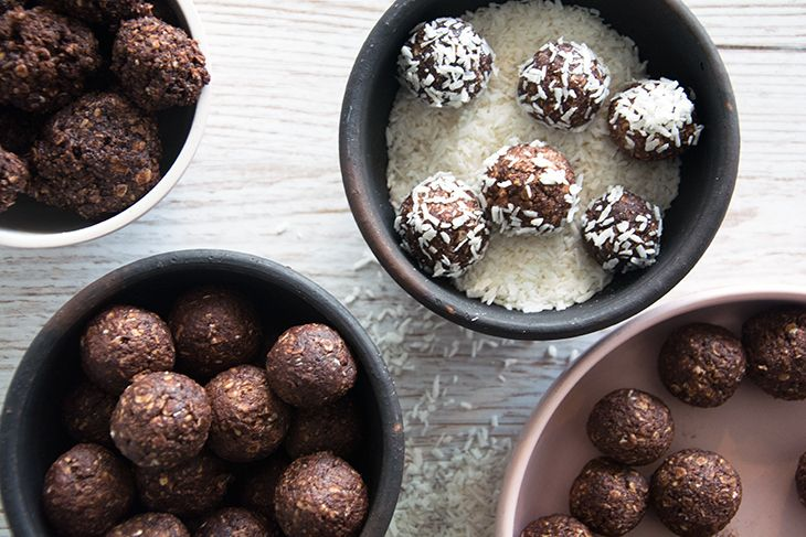Opskrift på helt klassiske havregrynskugler i to varianter - en variant med kaffe og rom og en børne og familievenlig med kokos - nem og god opskrift