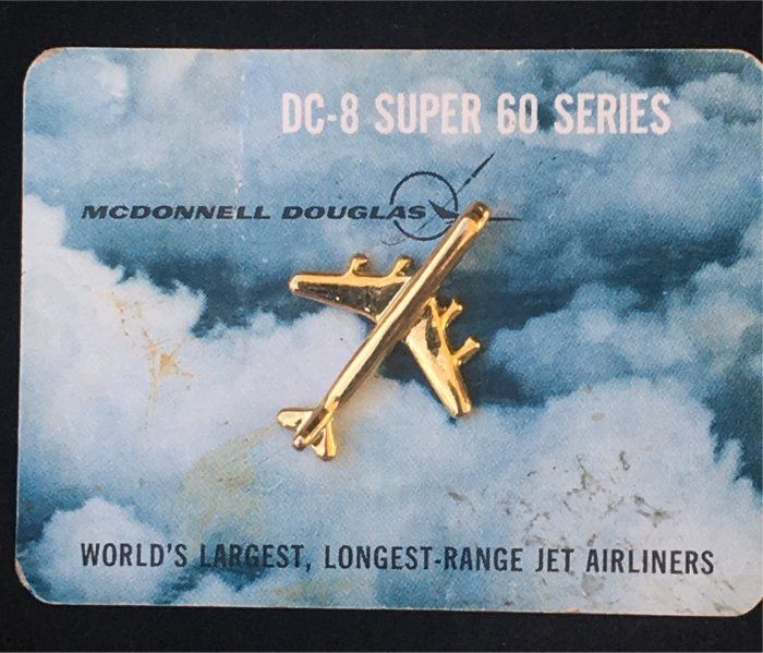MCDONNELL DOUGLAS DC-8 SUPER 60 JET AIRPLINER AIRCRAFT TIE TACK/ PIN ON CARD