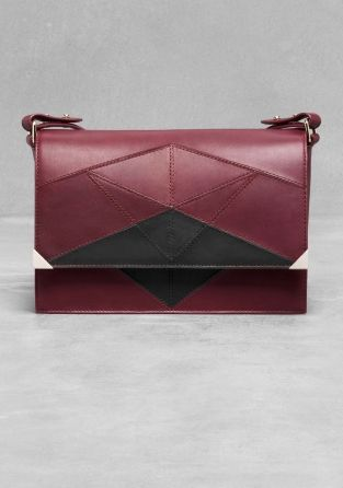 Dark red is also beautiful!!   -> A chic leather shoulder bag crafted from smooth leather, featuring a graphic pattern comprised of seams.