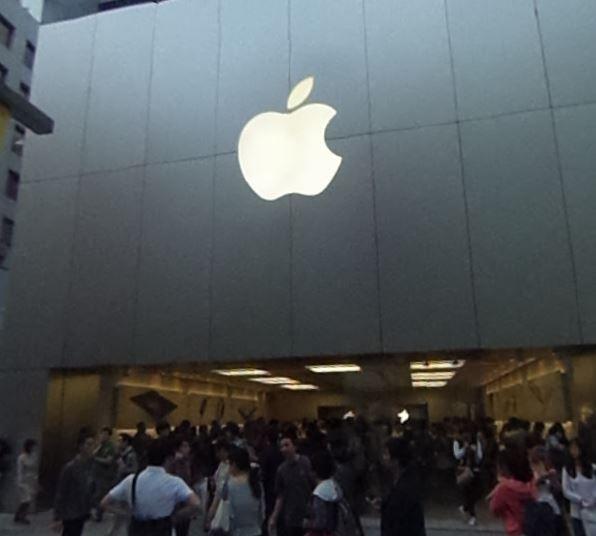 Tokyo Apple Store: Wegen Bombendrohung geräumt - https://apfeleimer.de/2015/12/tokyo-apple-store-wegen-bombendrohung-geraeumt - Aus Tokyo erreicht uns die Meldung, dass dort gestern ein Event im hiesigen Apple Retail Store abgesagt werden musste. Hintergrund war eine handschriftliche Bombendrohung, die kurz vor dem Start des Events beim iKonzern eingetrudelt war. Im Tokyo Retail Store war gestern ein Interview-Termin mit...