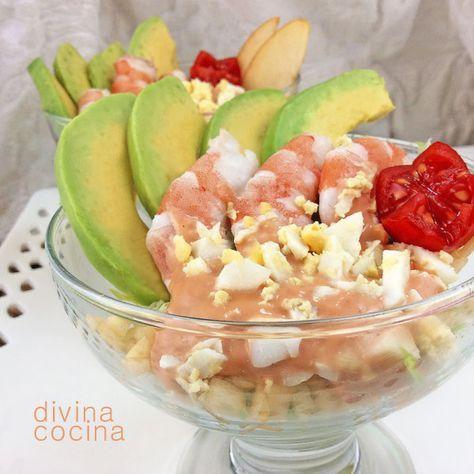 Este cóctel de aguacates y langostinos es un plato sencillo y perfecto para fiestas y reuniones de invitados. En lugar de manzana puedes poner piña o mango.