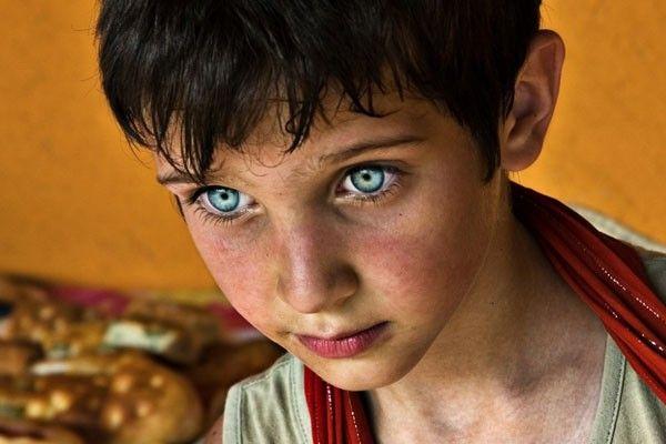 Este celeste turquesa en la mirada de este niño