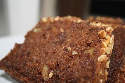 Det här behöver du: 100 gram mjölkchoklad 1 näve med grovhackade valnötter smör& hackade nötter till att bröa formen 150 gramsmör 2 dl socker 3 ägg 2 tsk vaniljsocker 4 msk kakao 4 dl vetemjöl 2 tsk bakpulver 2 dl grädde (eller mjölk) Gör så här : Ställ … Läs mer