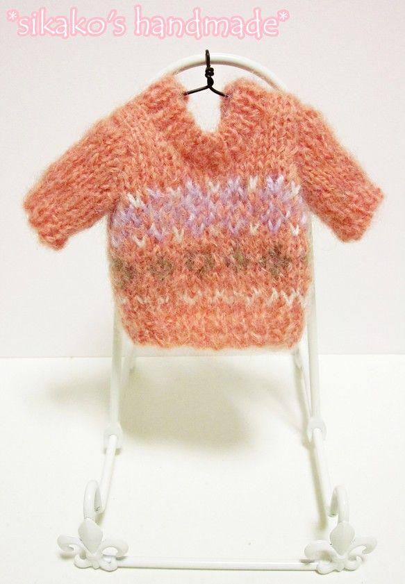 鹿子オリジナルのヒトガタあみぐるみ、[Pretty girl]用の着せ替えお洋服です。サーモンピンクのセーターに、紫や茶色の編みこみ模様入りのデザイン◎ シン... ハンドメイド、手作り、手仕事品の通販・販売・購入ならCreema。