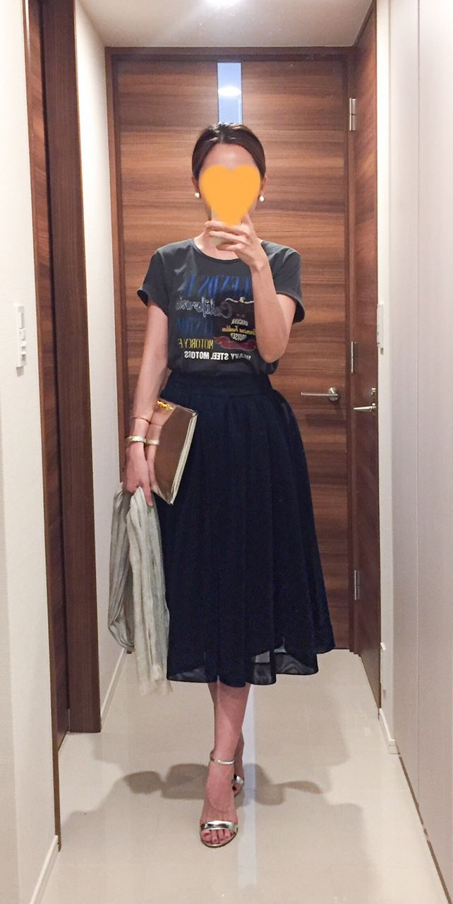 - Grey tee: @Rope - Navy skirt: D-VEC - Silver skarf: ANAYI - Silver clutch: MARNI - Silver sandals: Kanematsu
