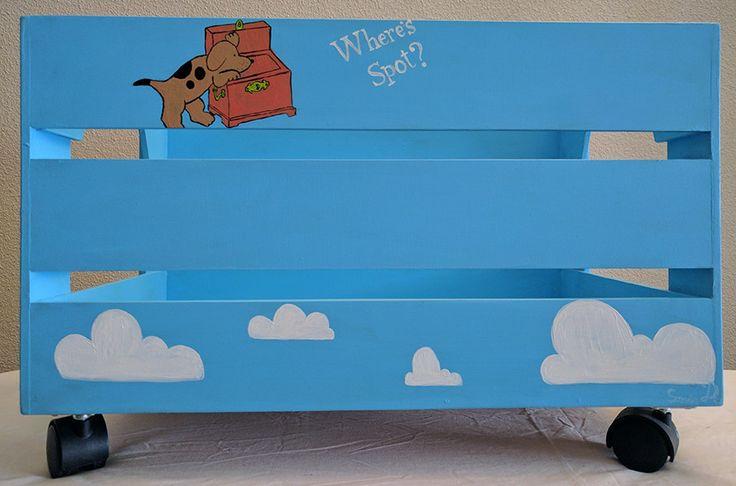 Caja de madera pintada para los juguetes de Mateo trasera