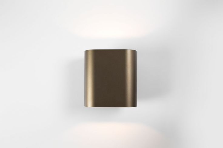 With its gentle curves, Duell gives every room a softer touch. As a wall luminaire, Duell creates a wide fan of light on the wall, both upwards and downwards. With its perfectly fitted glazing on top and the bottom, this version is fitted to be used in moisty rooms such as bathrooms or even terraces. Connect indoor with your outdoor. The IP version allows you to achieve complete continuity in your home, right through to the bathroom or terrace. #duell #supermodular
