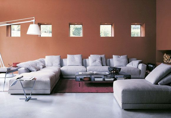 La posición de los cojines del sofá trata de imitar la arquitectura de la pared, en la que pueden verse unas pequeñas ventanas cuadradas perfectamente alineadas.