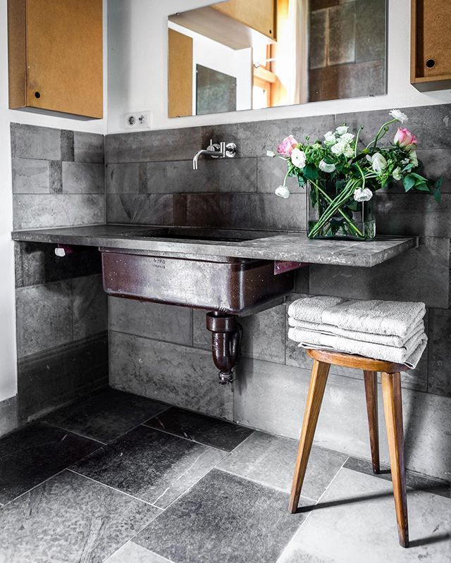 Beautiful country house bathroom - Look at that vintage basin from Höganäs - Listing via @perjanssonfastighetsformedling