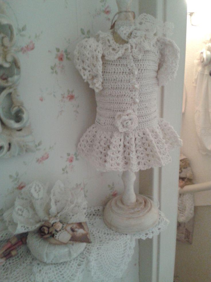 Creme gehaakt jurkje en zeepje in kant.......   Nelleke Verkouter
