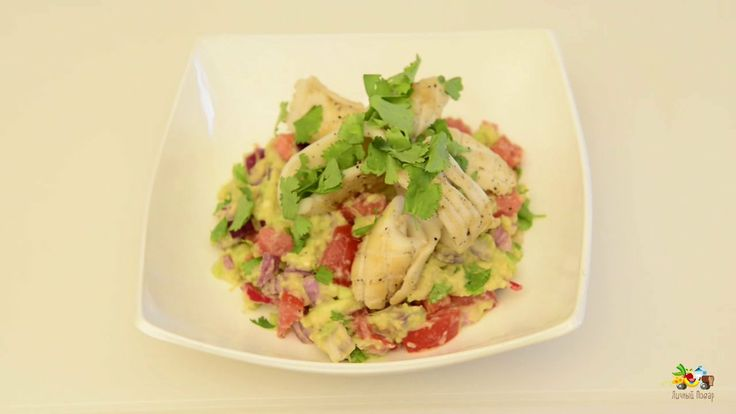 Салат гуакамоле с жареным кальмаром