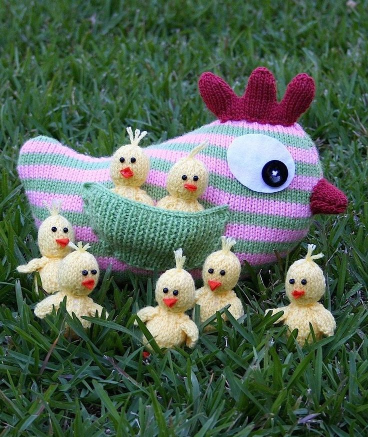 Knitting Pattern for Mother Hen and Chicks - The mother hen is about 20cm (8″) high to the top of the comb and the chicks are about 8cm (3″) high . The designer Kookla Creations allows you to sell the finished projects.