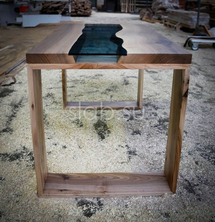 Для изготовления стола используется массив европейского ореха и закалённое стекло повышенной прочности. Массивное подстолье также выполнено из массива ореха. Благодаря использованию комбинирования дерева и стекла, стол имеет легкий и эффектный внешний вид. Такой стол является отличным решением, как с визуальной, так и с функциональной точки зрения.   Размеры |150 х 80 х 4| см.   Доступны разные размеры, древесина, стекло и подстолья. Исполним в любой необходимой вам комбинации.