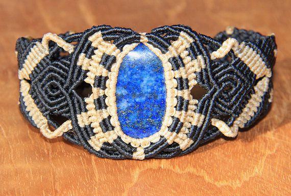 Bracelet artisanal réalisé avec du fil macramé polyester ciré noir et beige. Il est orné dune lapis lazuli. En lithothérapie cette pierre stimule la créativité, elle contribue à l'élévation de l'esprit en rendant le mental plus clair et plus concentré. Il joue aussi un rôle pour
