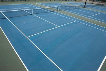 Tennis court at the Hilton Barbados Resort, minutes from Needhams Point and George Washington House. This 4-star resort is within close proximity of Garrison Savannah and Barbados Museum and Historical Society. #barbados #resort #hilton #holiday #vacation #tennis #hotel   Get a beach tour along with your room too!