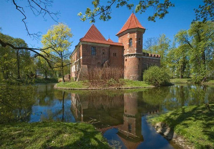 Najpiękniejsze zamki w Polsce - zamek w Oporowie to mała, ale urokliwa późnogotycka rezydencja obronna wzniesiona w XV w