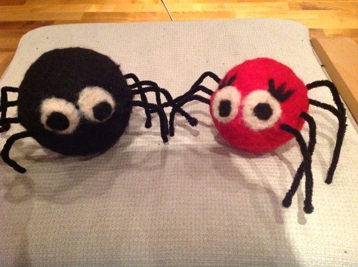 Lille Petter (og Petrine) edderkopp. Filtet rundt isoporballer.