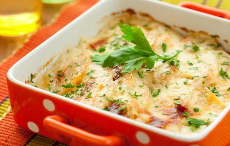 Aardappel-wortel gratin Ingredienten:  (voor 4 personen) - 750 g aardappelen (vastkokend) - 2 uien - 2 slavinken - 500 g winterpeen (geschild) - 2 tenen knoflook - 2 eieren - 1 el paprikapoeder - 200 ml halfvolle melk - 100 g geraspte kees