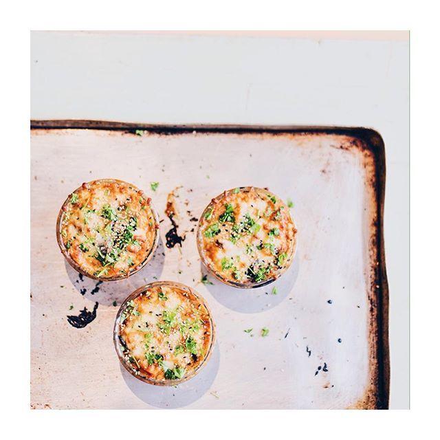 Feierabend wie das duftet. 💕 Ganz besonders wenn es dieses Auberginen Kürbis Miso Gratin gibt. 🤗👯 #kochenmittoni #blog #linkinbio
