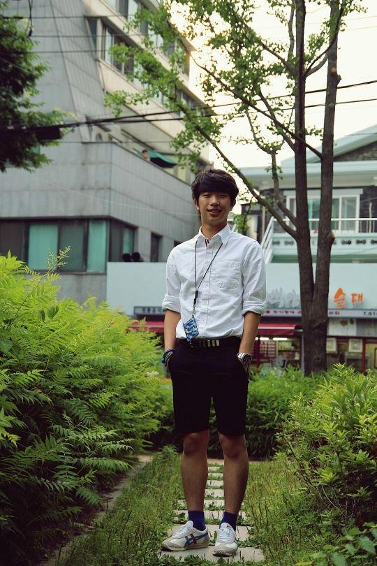 white shirt & black pants, fashion style of seoul, street look from korea.