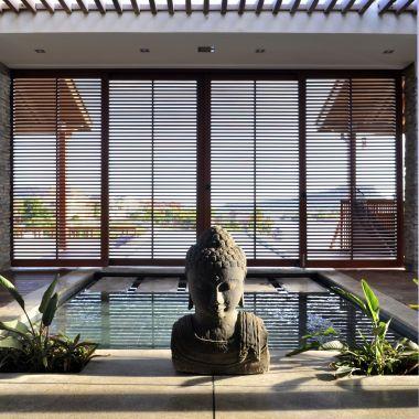 Een ontwerp van Michael Durgaram, een huis op Jan Sofat, Curacao. Toepassing. Natuursteenstrips Rustiek Kwartsiet. Foto: Daphne Vermeulen.