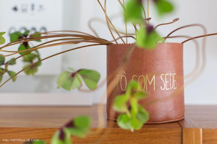 cachepô lindo de couro em uma sala com estilo escandinavo