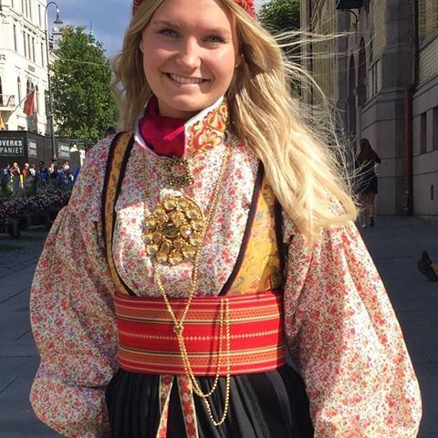 Utruleg vakkert! #heimenhusflidenr8 #heimenhusfliden #tradisjon #tradition #bunad #beltestakk #sommer #vakkert #beautiful #nationalcostume #oslo #norge #norway