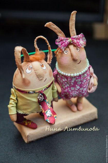Купить или заказать Семья зайцев. в интернет-магазине на Ярмарке Мастеров. Замечательная семья зайцев устроилась на бруске и обсуждают свои семейные дела. Хороший подарок для людей любого возраста. Интерьерная игрушка.