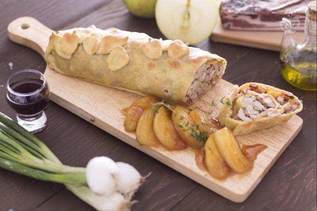 Lo strudel di maiale gioca sul contrasto dolce delle mele zuccherate al marsala e quello salato del ripieno. Un abbinamento classico per una ricetta differente e particolarmente sfiziosa.