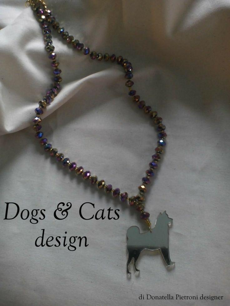 14204 - Collana con perle di vetro sfaccettato marrone e oro. Ciondolo Akita in plex oro a specchio. Pezzo unico. Dogs & Cats design di Donatella Pietroni designer