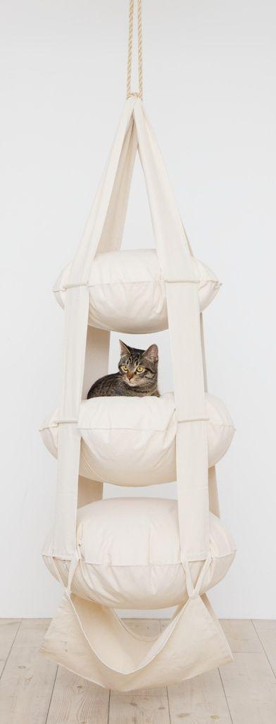 Siento que los gatos les sea muy placentero rasgar esta cucheta en pedazos o tirarla rasgar el techo abajo. O las dos cosas. Pero queda muy linda colgada del techo, a la vez muy decorativo.
