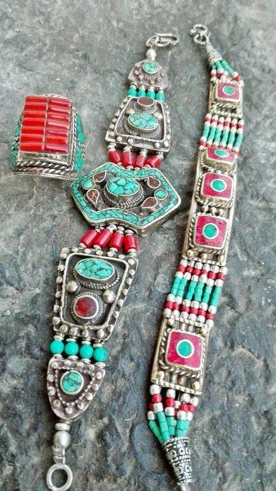 Catawiki, pagina di aste on line  Lotto di 2 Bracciali e 1 Anello -  Pietre color Turchese- Corallo - In stile Tibetano Nepalese