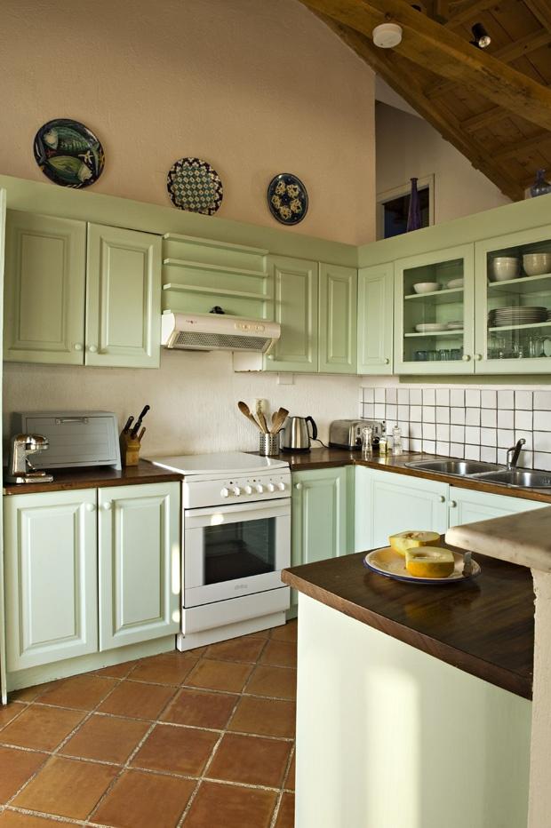 Bucătăria verde din Grecia. http://moodboards.ro/vila-elia-escapada-in-grecia/