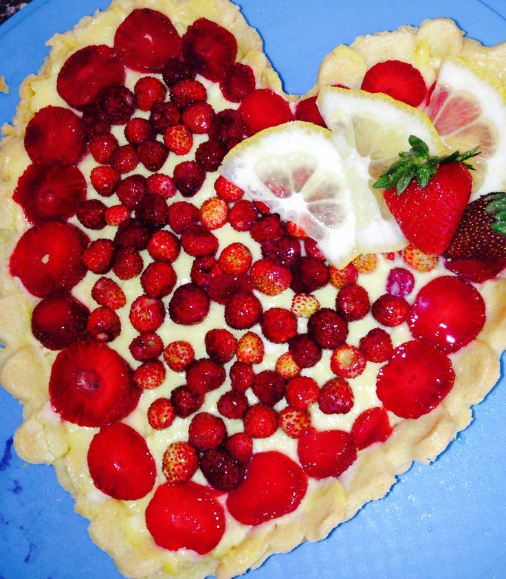 """Crostata ,con crema """"summer"""" adagiata su un letto di marmellata alla fragola aromatizzata al peperoncino, decorata con fragoline di bosco.."""