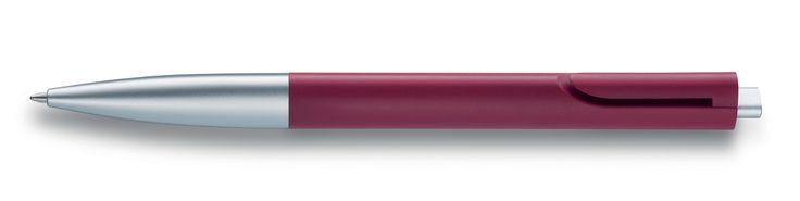 """Pluma Lamy Noto, fupe diseñada en el año 2010 por el DI Naoto Fukasawa.  Su función es escribir  Sobresale por el estilo funcional y minimalista que Fukasawa coloca en sus productos, prueba de ello, es que el clip para colocar la pluma en el bolsillo no sobresale del cuerpo de la pluma. Tiene una forma triangular, que la hace ergonómica y usable para zurdos y diestros. Además de tener un mecanismo que evita el típico """"click"""" al sacar la punta de la pluma con el botón."""