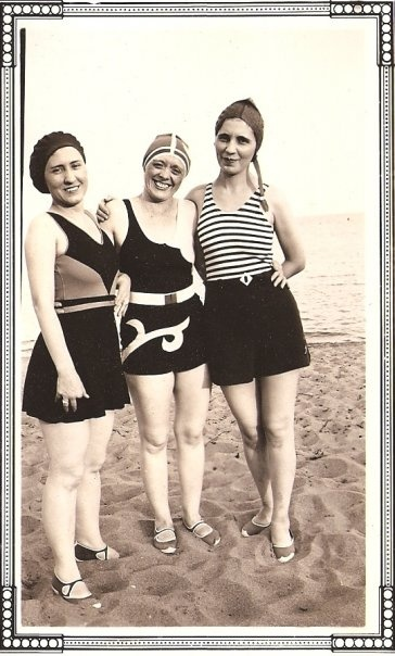 Vintage Beach babes. (photo found by Tommy Dorr of Lost and Found Vintage)