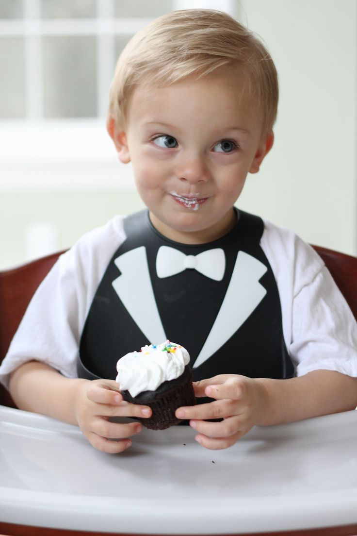 Your young gentleman will look classy in his Tuxedo bib. He'll look so good it's a shame he'll cover himself in peas and carrots!