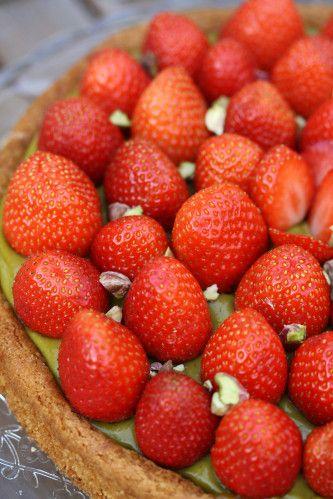 Quand nous sommes rentrées de la cueillette avec un énorme panier de fraises, il m'a pris une subite envie de pâtisser à tout va. J'ai longuement hésité entre faire une tarte et faire un fraisier (il faut savoir que je n'en ai jamais fait et que c'est...