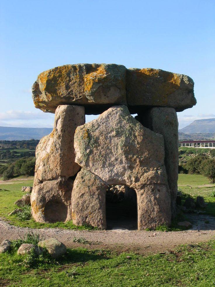 AUTORE: ignoto NOME: dolmen di Sa Coveccada DATAZIONE: 3.500/2.900 anni fa MATERIALE e TECNICA: Struttura formata da megaliti sovrapposti LUOGO DI CONSERVAZIONE: Mores, Sassari
