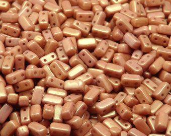 Cristal checo mostacillas de dos orificios Rulla TAMAÑO: 3x5mm, orificio de 0,8 mm Color: Morado claro rayado Piezas en paquete: 20 gr (unos 185 PC) ENTRE CUENTAS DEL MISMO TAMAÑO Y FORMA Alta calidad de República Checa.