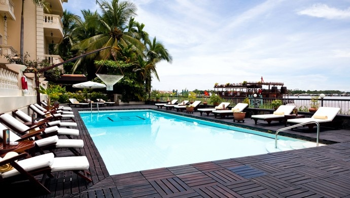Victoria Chau Doc Hotel: Relax in the large riverfront outdoor swimming pool after a day out on the river.
